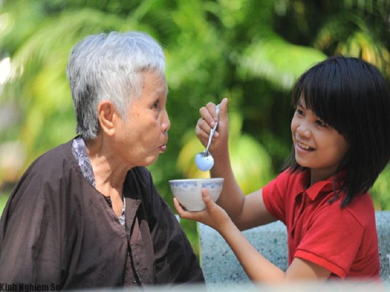 Bao dung chăm sóc cha mẹ chu đáo